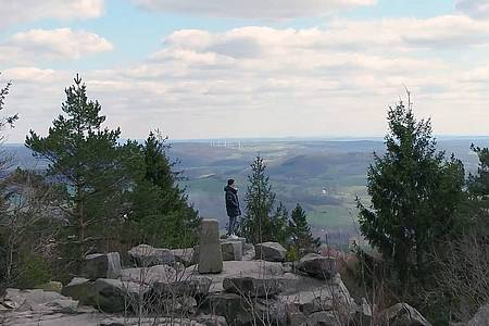 Eine Frau steht auf dem Gipfel vom Berg Velmerstot und schaut sich den Ausblick an
