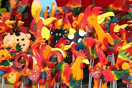 Holzfiguren auf dem Libori Pottmarkt