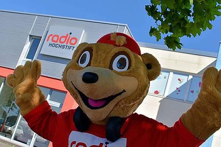 Maskottchen Eddy steht vor Radio Hochstift