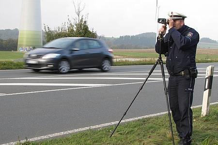 Polizist führt Tempokontrolle durch