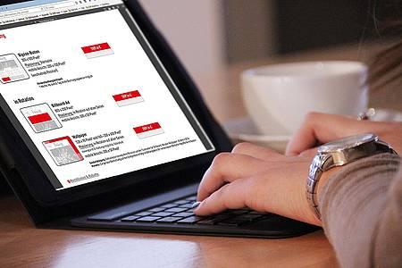 Frau recherchiert am Laptop nach Möglichkeiten der Onlinewerbung auf radiohochstift.de