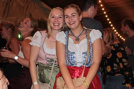 Zwei Freundinnen haben Spaß in der Libori-Almhütte