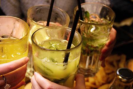 Anstoßen mit Cocktails
