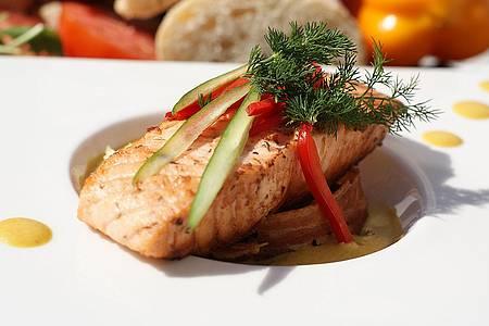 Fischgericht auf einem Teller angerichtet