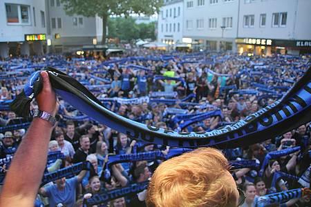 Jubelnde SCP-Fans auf dem Rathausplatz