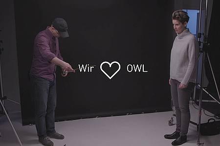 """Zwei Personen im Gespräch über die Inhalte der Videoserie """"Gute Aussichten"""""""