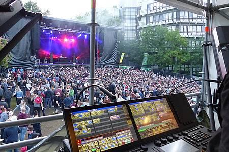 Menschenmasse vor der Hauptbühne des AStA-Sommerfestivals