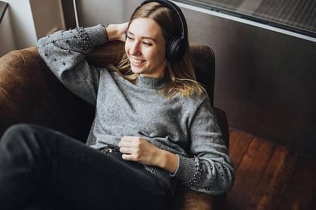 Frau hört den Stream von Radio Hochstift