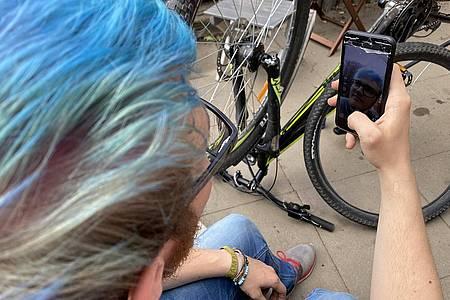 Junge mit blauen Haaren benutzt Instagram Reels
