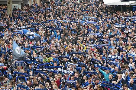 Fans jubeln zum Aufstieg des SC Paderborn